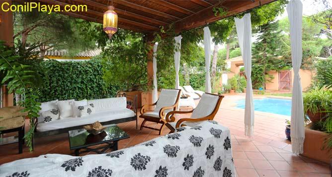 salón con sofá en el porche