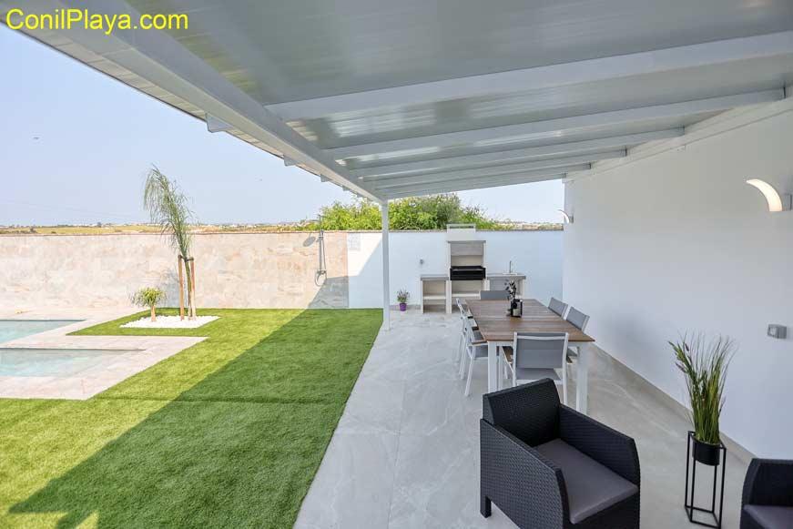 porche del chalet con mesa y sillas