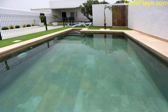 El chalet dispone de piscina vallada.