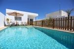 2 dormitorios,4 personas. Bonito chalet con piscina privada, barbacoa, jardín y aparcamiento privado en zona muy tranquila. A 3 minutos de la playa del Puntalejos en coche.