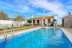 3 dormitorios,6 personas. Chalet con piscina privada situado en zona tranquila y bien comunicada. Barbacoa, porche, cerca de las playas de Conil.