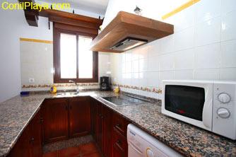 La cocina cuenta con microondas.