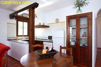 El comedor se encuentra junto a la cocina.