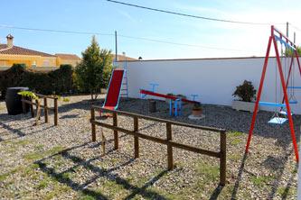 Junto al chalet hay un parque infantil para los niños. Tiene columpio, balacín y tobogán.