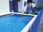 2 dormitorios,6 personas. Chalet con piscina privada vallada situado en zona muy tranquila del carril de los lima. Barbacoa, porche, aparcamiento techado.