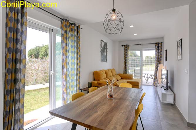 salón con sofá tipo chaise longue