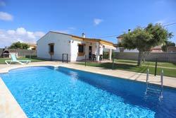 3 dormitorios,6 personas. Estupendo chalet en Conil en Dehesa de la Villa, muy cerca de Conil, a 5 minutos de la playa de Los Bateles en coche. Dispone de piscina y un amplio jardin