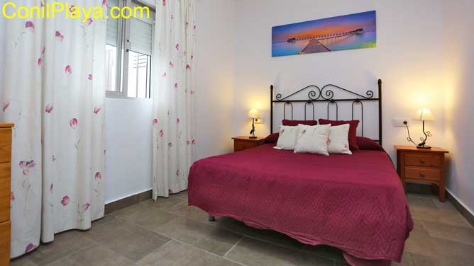 dormitorio amplio con cama de matrimonio