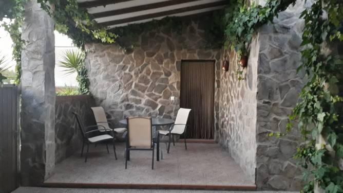 Mesas y porche de la casa