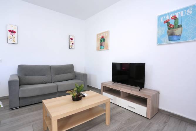 salón con sofás y chimenea