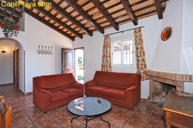salon con sofá y chimenea