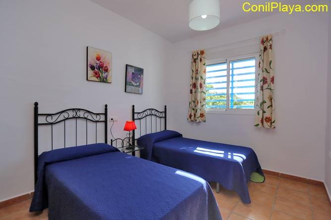 El dormitorio de 2 camas es amplio y luminoso