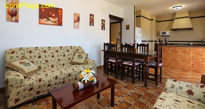 sofá del salon, mesa comedor y al fondo la cocina
