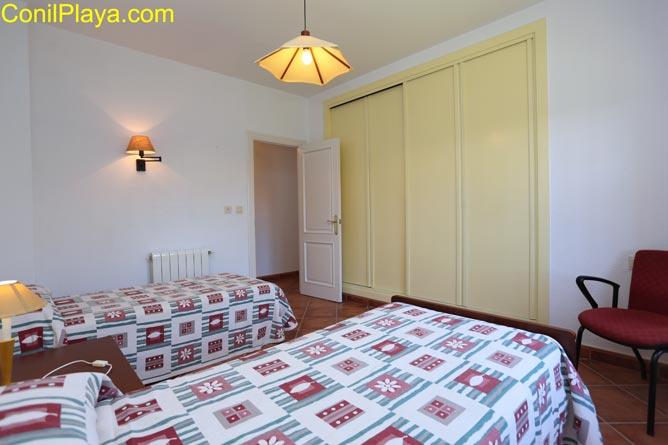 Detalle de las camas y del armario.