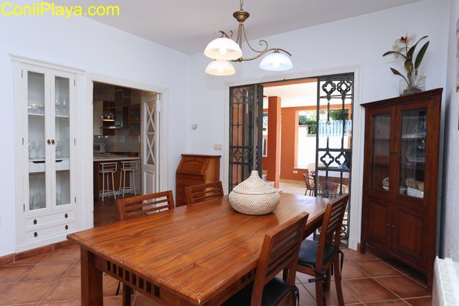 Vista del comedor y de la entrada a la cocina
