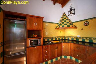 La cocina está equipada completamente.
