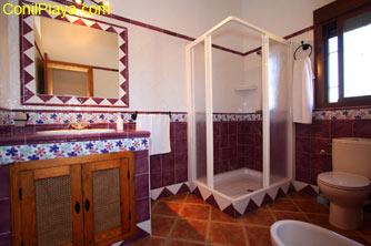 El cuarto de baño es amplio y cuenta con cabina de ducha.