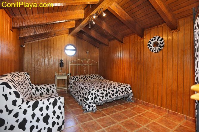 El dormitorio 4 se encuentra en la planta superior, y sus paredes son de madera.