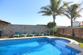 piscina privada con tumbonas