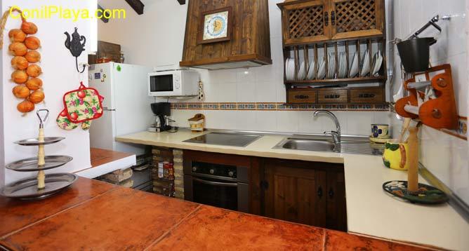 cocina con placa vitroceramica, horno y microondas