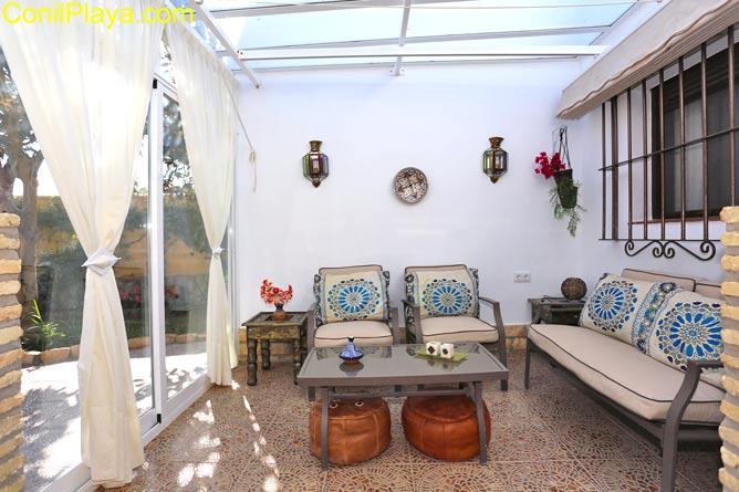 porche con mesa y sillas y toldo