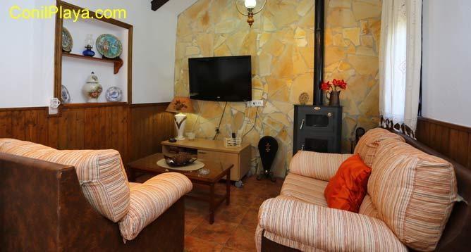 sofá del salón y chimenea