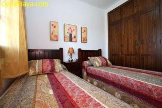 Los dormitorios cuentas con armarios empotrados.