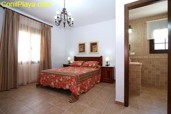 El dormitorio principal tiene cuarto de baño en su interior.