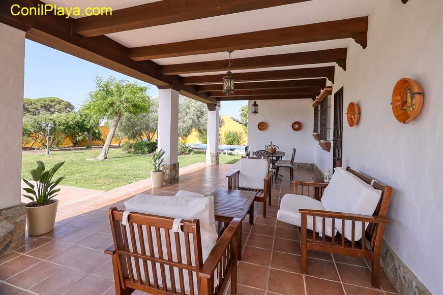 El porche cuenta con mobiliario de terraza.