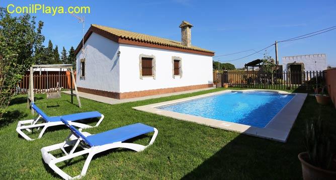 La piscina se encuentra junto al chalet y cuenta con mobiliario de jardín.