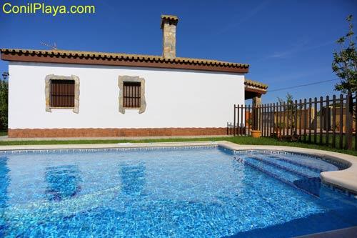 El chalet es de nueva construcción y está situado en una amplia parcela con piscina y merendero.