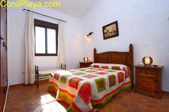 El dormitorio principal es muy amplio y con muebles modernos.