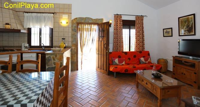 La casa es amplia y en primer término vemos el comedor y la cocina, al fondo se encuentra el salón.