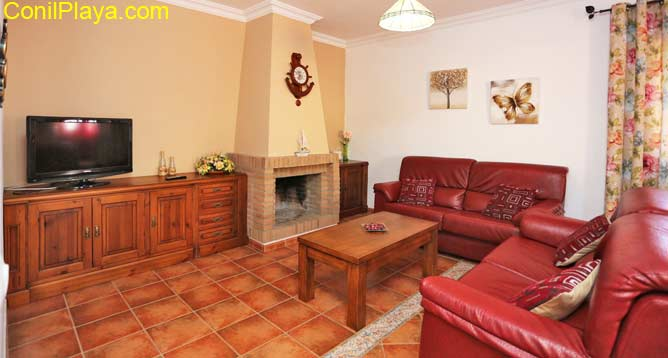 El salón cuenta con chimenea de leña.