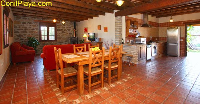 vista general del comedor, el salón y la cocina.