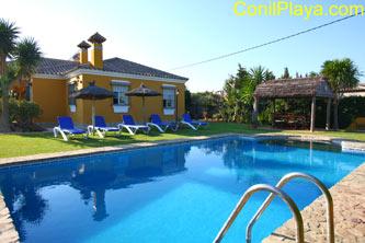 El chalet cuenta con piscina privada.