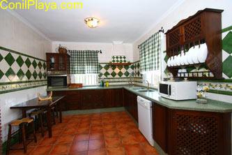 La cocina es muy amplio y tiene forma de L.