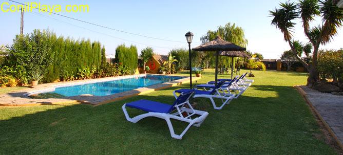 El chalet cuenta con un amplio jardin con merendereo y una estupenda piscina.