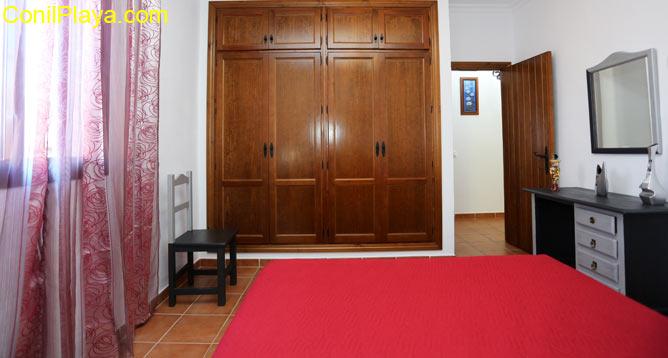El dormitorio principal cuenta con armario empotrado de gran capacidad.
