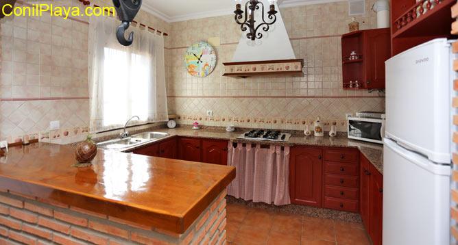 La cocina tiene una pequeña barra