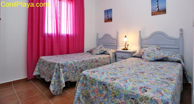 Dormitorio de dos camas situado en la planta inferior.