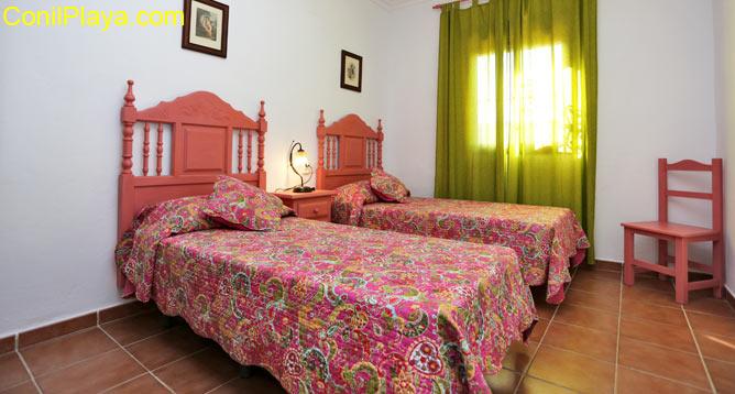 La buhardilla cuenta con dos camas con capacidad para 4 personas.
