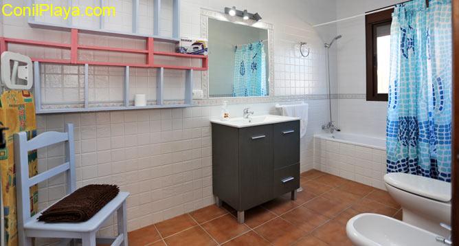 El cuarto de baño cuenta con un armario.