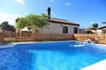 3 dormitorios,8 personas. Bonito y amplio chalet en zona muy tranquila y cerca de las bonitas Calas de Conil. Dispone de porche, barbacoa y piscina privada vallada. Aire acondicionado.