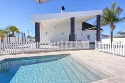 2 dormitorios,5 personas. Bonito chalet de calidad en zona tranquila y a pocos minutos en coche de la playa, La Fuente del Gallo. Piscina privada, amplio jardín, porche.