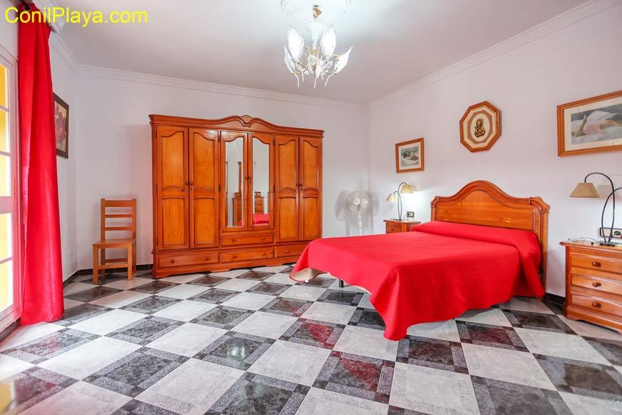 Dormitorio principal muy amplio.