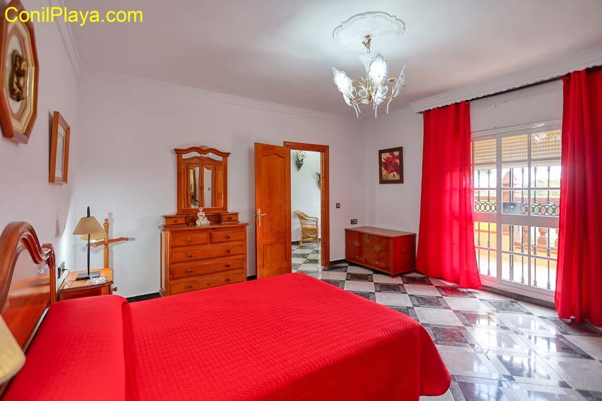 Dormitorio principal con television