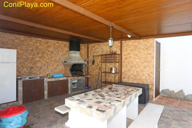 barbacoa con frigorifico y mesa