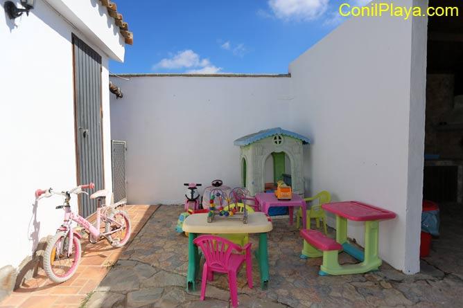 juguetes, bicicleta, casita, mesa