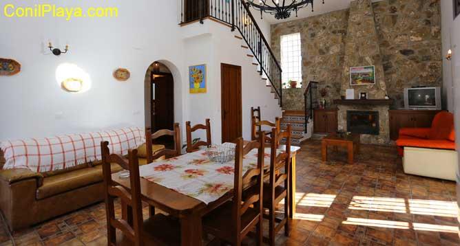 mesa del comedor y salón al fondo